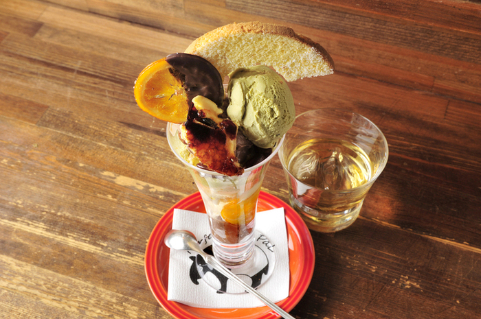 こちらは、苺とピスタチオとチョコレートのパフェです。お酒と一緒にオシャレでおいしいパフェを頬張るしあわせを堪能して。