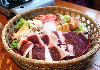 「熊鍋定食」 大きいカゴの中に野菜と熊肉が盛りだくさん!これを鍋の中に投入すると…!!