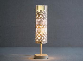 紙を素材にしたランプ。明かりをつけると模様が透けてはっきりと浮かび上がります。シンプルな部屋にあえて置きたいデザインです。