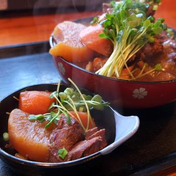 「マタギ汁」 大根、人参などゴロっとしたままゆっくり時間をかけて鹿肉と煮込んでいて食べごたえあり。 ここでしか食べられない山の恵みの数々です!