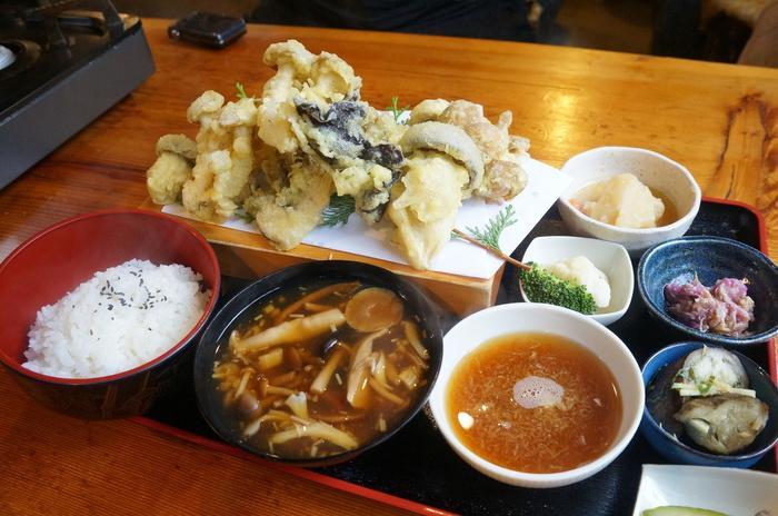 「きのこ天ぷら定食」 驚くほどの量ですが、こちらがお店の一番人気! べたつかずカラリと揚がった天ぷらで、大根おろし入りの温かい天つゆでパクリ。