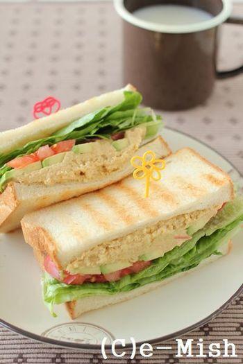 ヘルシーな中東の伝統食としてメディアで注目を集めたフムスを使ったサンドイッチ。しっかりとひよこ豆の味わいを噛みしめながら食べられる、食べ応えのあるサンドイッチですよ。