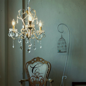 誰もが一度は憧れる、キラキラのシャンデリア。ゴージャスすぎずにちょうどいい輝きを楽しむことができます。アンティーク風にまとめたお部屋に合わせてみて。