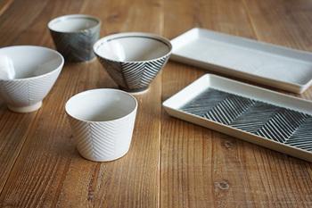 スタイリッシュなヘリンボーンのデザインですが、土のぬくもりが感じられる、波佐見焼「ORIME」シリーズのお茶碗です。飽きのこない長く楽しめるデザインですよね。カップや長皿も合わせて揃えたくなります♪