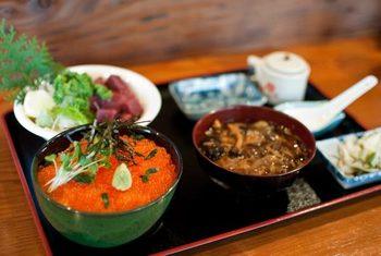 「川魚のイクラ丼」。 キラキラツヤツヤしたぷりっぷりのイクラ丼! さっぱりとしたお出汁だそうです。