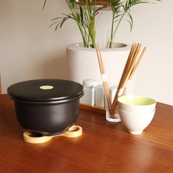こちらも炊飯用土鍋なのですが、このTOJIKITONYA(トウジキトンヤ)のご飯釜は、なんと直火だけでなく、電子レンジでもごはんが炊ける土鍋なんです。レンジ炊飯は、火加減を見張る余裕がないような忙しい時に便利ですよね。また、他にもたくさんお料理をしているときなどは、コンロが一口あくのも助かります。