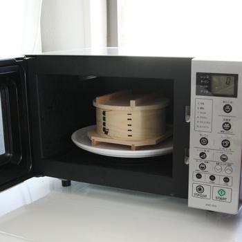 足立茂久商店の「わっぱの蒸籠」は、冷ご飯を温め直すのに最適。蒸籠なので蒸すのに使えるのはもちろん、電子レンジでの温めにも対応しているんです。ふっくら美味しいごはんが復活しますよ♪他の蒸し料理や、肉まんや冷凍食品を温めるのにも使えますよ。
