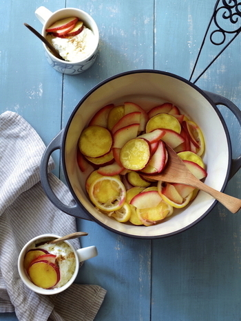 さつまいもとりんごをレモンを蒸し煮にした、おかずにおやつにもなる一品。少しの水分で調理できるので、ホクホクの仕上がりになります。白ワインを加えますが、アルコールはとぶので、子供も安心して食べることができます。