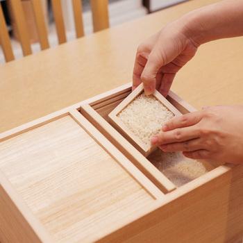 お米の収納方法も大切ですね。桐製の米びつは、高い防腐効果と防虫効果があり、お米をベストの状態で保存しておくことができます。職人さんがひとつひとつ手づくりしたもので、釘などの金物は一切使われていません。
