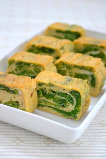 さっと下茹でした菜の花やほうれん草などの青み野菜を細かく刻み、調味料で下味を付けます。 解きほぐした卵液に、①の野菜を下味の調味料ごと混ぜて卵焼きに。  断面の黄色と緑のコントラストが綺麗☆ お弁当にも映えます。
