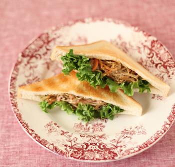 ちょっと残しがちなきんぴらごぼうも、翌日おしゃれなサンドイッチに大変身!甘辛い醤油味がトーストによく合うから驚きです。風味と食感を楽しめる惣菜サンドです。