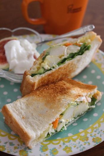 シャッキリレタスとポテサラを合わせた簡単サンド。余ったポテサラにカレーパウダーを加えて大人も子供も大好きな味に変身させちゃいましょう♪
