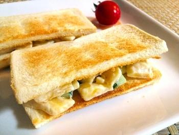 意外な組合せから、思いがけない美味しさが生まれます。バナナときゅうりの組み合わせは、オススメの組み合わせ。パリっとしたきゅうりと、柔らかなバナナの食感の違いも楽しめる、美味しいサンドです。騙されたと思って作ってみましょう。