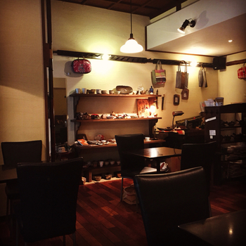 2003年からこの地にあるお店は、地域に親しまれた雰囲気の良い和カフェ。黒い椅子がシックな店内は、どことなくレトロな印象を受けます。