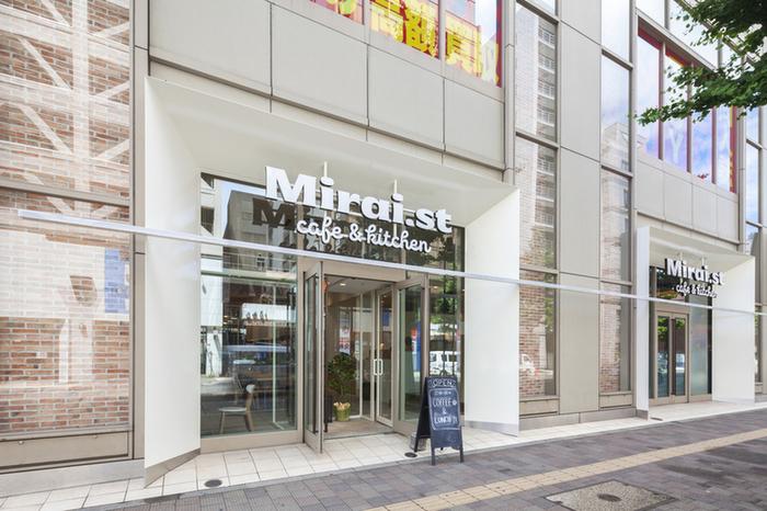 お店の目印は、市街地のビル屋上に観覧車がそびえる「ノルベサ」。「MIRAI.st CAFE」は、こちらの1階にあります。