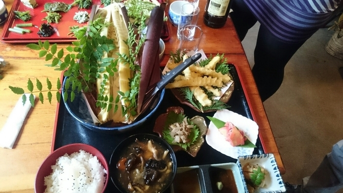 「焼きタケノコ定食スペシャル」 タケノコの蒸し焼き、刺身、天ぷら、和え物、きのこ汁などなどてんこ盛り!! タケノコの蒸し焼きはナイフで切り取りながらいただきます。 先端の部分が一番美味しいそうです!!