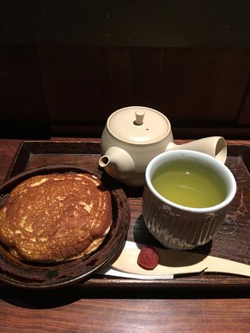 ティータイムにいただきたいのが、大福茶と、浅草の大人気どら焼き「亀十どら焼き」とのセット。大きくて上品などら焼きに、甘味のあるさっぱりとした大福茶が、絶妙にマッチして、お口いっぱいの幸せが感じられますよ。