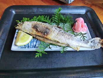 岩魚の塩焼き!丸々と太った岩魚で、やわらかくいつも食べている岩魚とは全然違います。 単品で注文できます。