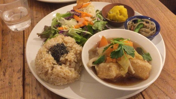 「家族に食べさせる食事」をモットーに家で食べるよりも健康的な外食を目指す「玄米カフェ実身美(サンミ)」。大阪にはあべの店・京橋店・2015年3月2日ニューオープンの心斎橋店の3店舗あります。美容やダイエットにも効果的なマクロビオテックも取り入れられていて、日頃の栄養不足を解消できる美味しくて健康的な食事がいただけます。こちらの日替わりヘルシープレートは全店舗共通メニュー。たっぷりのお野菜を使ったヘルシーなワンプレートごはんです。