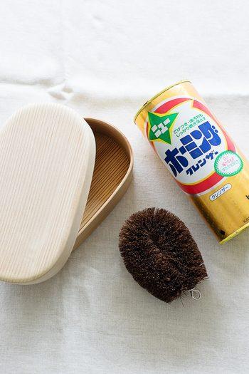 曲げわっぱの洗い方としてよく言われているのが、たわしとクレンザーで洗うという方法。初心者にはちょっと勇気のいる洗い方ですが、近藤さんによると、実はこの洗い方が一番杉材に適しているのだそうです。