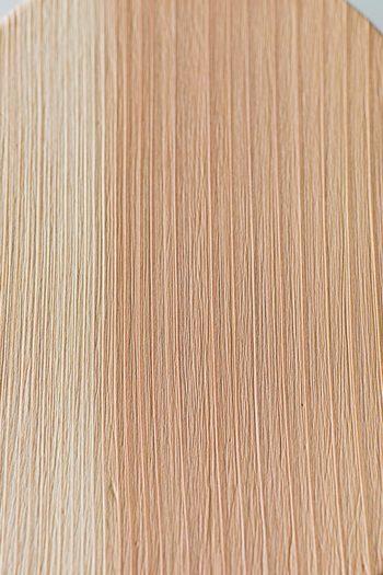 こちらは近藤さんが実際に洗った曲げわっぱの表面です。夏目と呼ばれる杉の柔らかい部分がほどよく締まり、磨けば磨くほど強度が高まっていくのだそう。ただし、ウレタン塗装や漆塗りの物は傷んでしまうため、スポンジで洗った方が良いそうです。まずはメーカーの推奨するお手入れ方法を確認して下さいね。