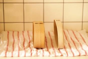 曲げわっぱを長く使い続けるには、しっかり乾燥させることが大切です。洗った後はこんな風に立てておくと、空気に触れる面が多くなるそうですよ!