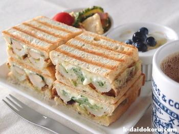 好相性のちくわときゅうりとスライスチーズもサンドイッチに。ちくわは磯辺揚げにして風味よく、アクセントに入れたわさびがツーンときいたおかずサンドです。