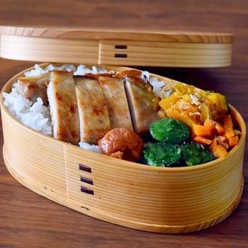 シラサカアサコさんの曲げわっぱ弁当は、豚肉の味噌漬け焼きがメイン。味噌と酒を合わせたものに、とんかつ用の豚肉を漬け込んで作るそうです。前の晩に下準備しておくとしっかり味が付きますよ☆