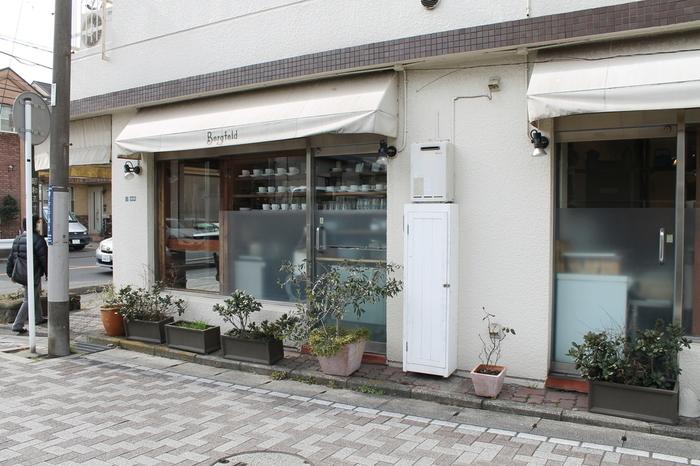 江ノ電・長谷駅から徒歩約4分の場所にある、こちらのカフェは地元で昔から愛されていて、レトロな雰囲気がこの街によく似合っています。