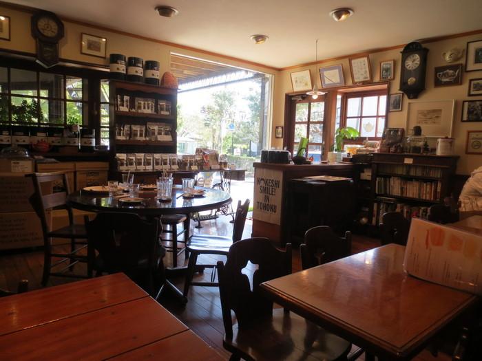 長く使われた椅子や机が、とても深い色をしていて紅茶を飲むお客様を包み込んでくれます。