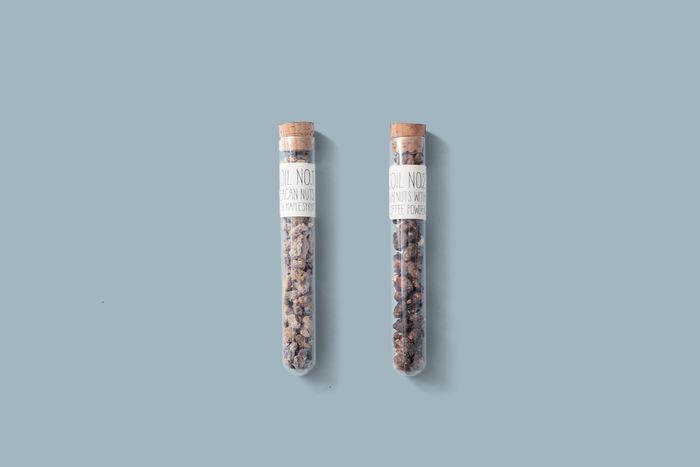 小石が積もった地層を詰め込んだような試験管入りの楽しいプラリネ。ピーカンナッツとメープルシロップ、くるみとコーヒーパウダー、アーモンドのキャラメリゼにチョコレートのコーティングの3種の味のプラリネだそうです。