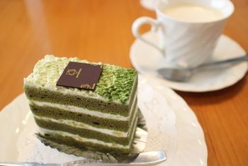 抹茶を使った和風のケーキ。スフレ生地の間には和栗も入ってボリューム満点♪
