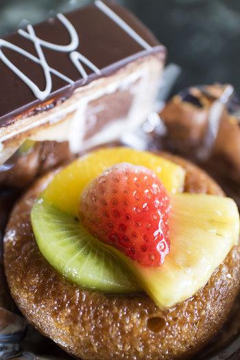 手前のケーキは、ラム酒をたっぷりとしみ込ませた「サバラン」という洋菓子。口に入れたとたんに広がるお酒の香りが大人な味のケーキです。