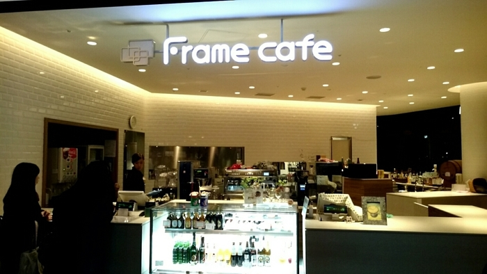 「Frame cafe」は、お台場の「東京ジョイポリス」3階にあるモダンなカフェ。高い天井そしてモノトーンを基調とした店内には、スタイリッシュな雰囲気が漂います。