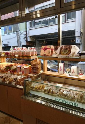 マッターホーンでは、クッキーやサブレ、リーフパイなど様々な焼き菓子を販売しています。可愛い缶に入った詰め合わせセットもあるので、お土産にぴったりですよ。
