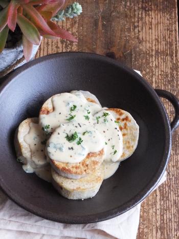 こんがりほっくりソテーした里芋に、味噌の旨み溶け込んだ簡単チーズソースをとろっとかけて完成。里芋中でも特に粘度コクのある「えび芋」を使うと、さらに美味しくなりますよ。