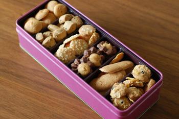 缶の中に色々な種類のクッキーやチョコレートが入っていて宝石箱のよう♪
