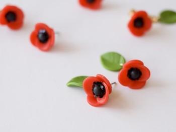 ★ 「動くたびに揺れる葉っぱピアス」・・・黒と赤のコントラストが印象的な大人かわいいピアスです。