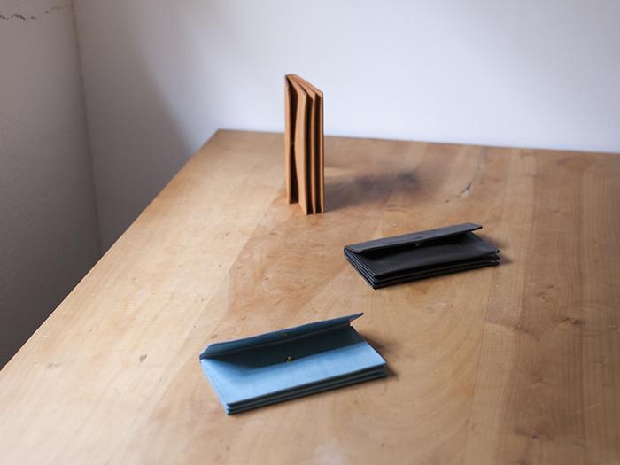 「素材としての革がもつ特性を活かすかたち」を考慮に入れて「Book3」は生まれました。あえて裏生地は貼らず太めのステッチを採用することで、革の厚みや素材感を十分に楽しむことができます。