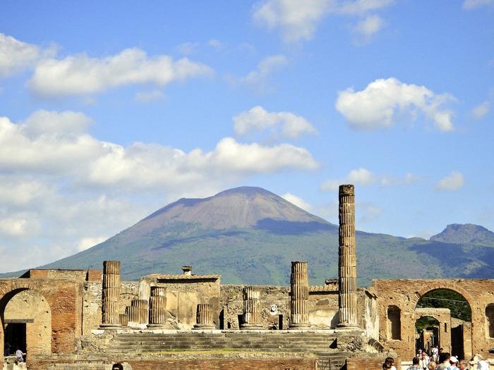 ポンペイはヴェスヴィオス火山の噴火によって約2000年前に、一晩のうちに火山灰に埋もれた古代都市です。