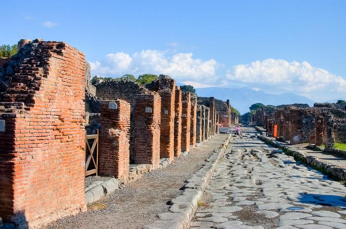 南イタリア特有のまぶしい陽射を浴び、時折吹きぬける乾いた風を肌で感じ取りながら、約2000年前にこの地で暮らしていた人々の生活がどのようなものであったのか、想いを巡らせてみてはいかがでしょうか。
