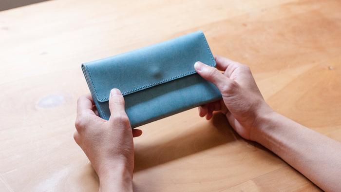 国産プルアップレザーの素材感を十分に活かしたロングウォレット。シンプルな作りながらも、財布としての使い勝手はバツグン。仕立ての良さが魅力の、ありそうでなかった財布です。