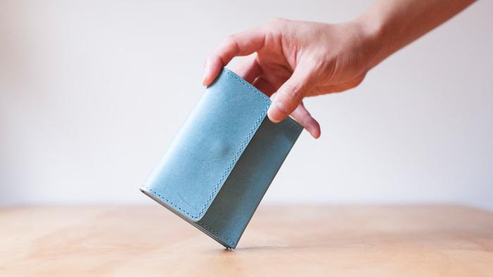 小さ目のポシェットやハンドバッグにも入るコンパクトでスリムなお財布。サブのお財布としてひとつ持っておくと便利です。