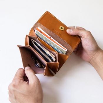 カード、お札、コインなどが入る三つのポケットの使い方は自由。部屋の間には切符や鍵が入れられる小さなポケットが付いています。