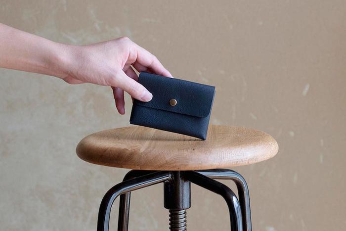 あえて用途は限定せず、名刺やカード、コインなどマルチユースに対応できる両面ポケットのケース。用意されたルーム(部屋)をどう使うかは、使い手次第。