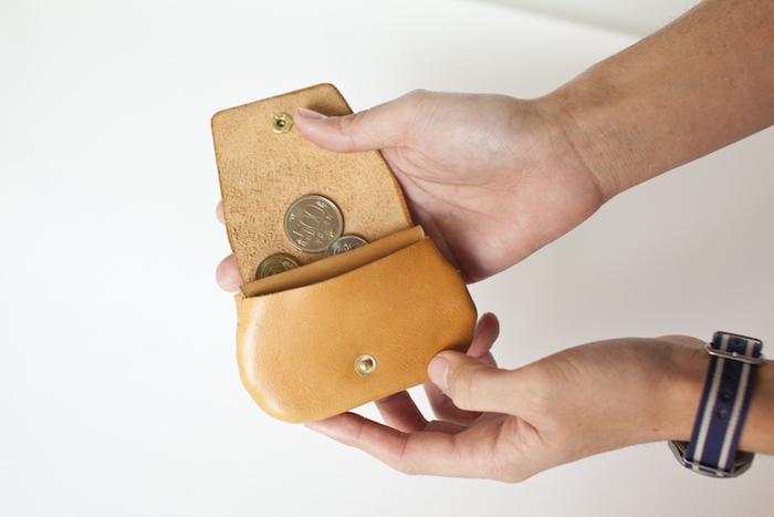 コインを分けて入れることができる2つのメインポケットに加えて、隠しポケットが配置してあります。三つ折りにしたお札や切符を入れても良し、使い方は自由自在。