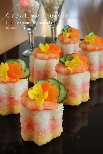 こちらは桃色デンブから手作りする、愛情たっぷりの花型のお寿司。まるで和菓子のように綺麗で、ひとくちで食べてしまうのがもったいないくらいの完成度ですね。