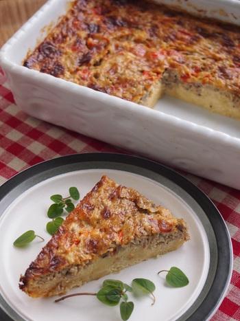 きのこをたっぷりと使ったキッシュは、シンプル具材でありながら、相性の良いチーズや卵と合わせることで、旨味と風味が広がります。パン粉を使った混ぜるだけの生地は下焼き要らずなので、とてもお手軽レシピです。