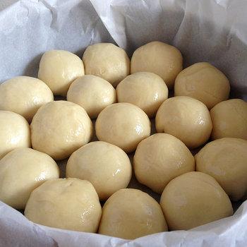 一次発酵が終わったところから、だんだんとちぎりパンに近づいていきます♪  ちぎりパンの小さいサイズに丸めてから一度ベンチタイムをとって、二次発酵のステップに進みましょう。再び2倍くらいの大きさになったら二次発酵完了です☆