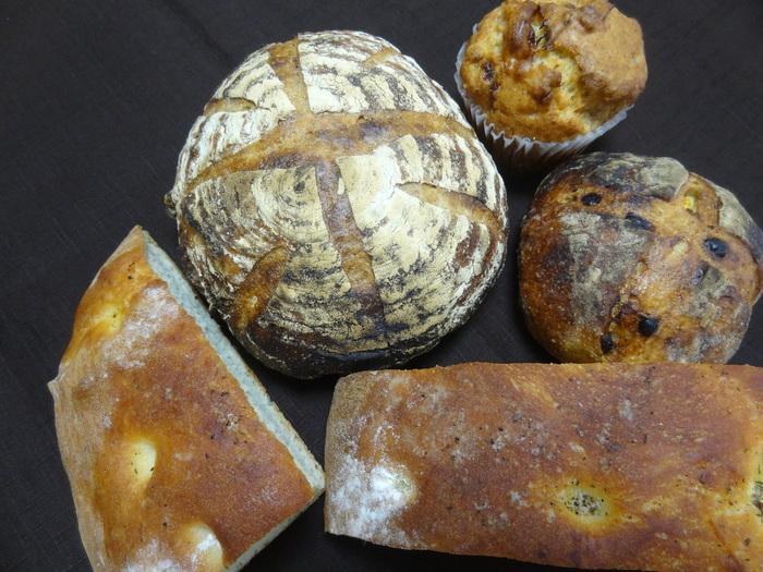 画像上左から『4種のレーズンとクリームチーズのカンパーニュ』、同『ココナッツバナナのマフィン』。下の2つは『フォカッチャ』。パンはカットにも応じてもらえます。